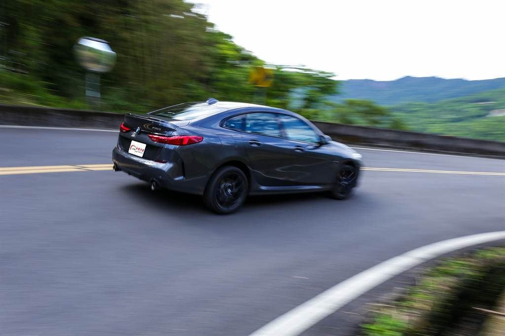 藉著電控系統輔助,220i將前驅車款容易發生的轉向不足情形減到最低。