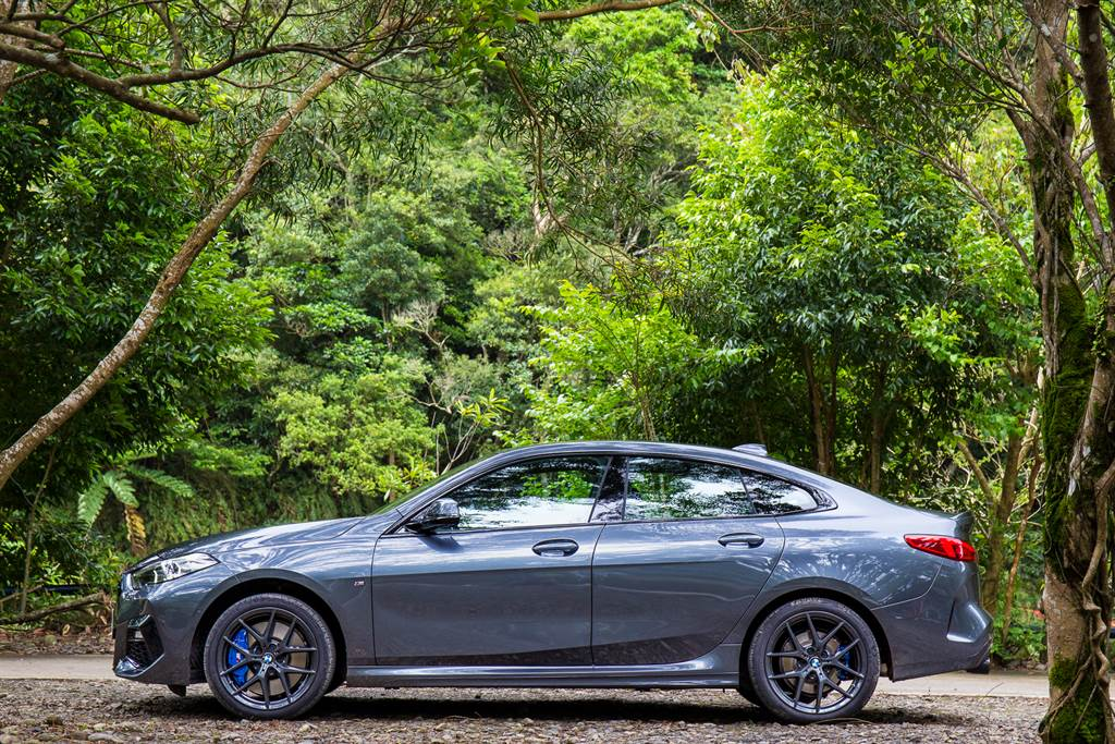 除了車頭水箱護罩外,包含窗框、輪圈都採黑化處理,搭配試駕車選用Mineral Grey車色,整體看來肅殺之氣相當濃厚。