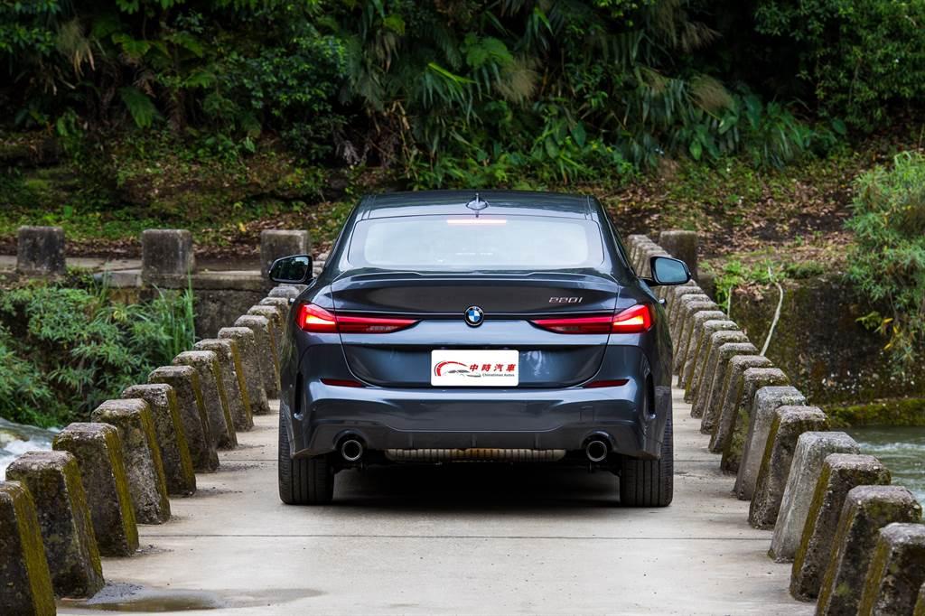整個車尾造型與X4有些神似,好看與否因人而異,不過就如同4系列備受爭議的大鼻孔,具有極高的辨識度。