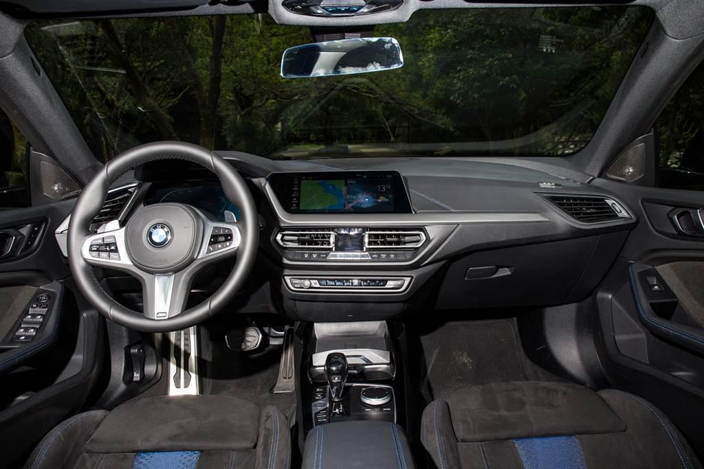 車艙佈局依舊是熟悉的駕駛者導向設計,不過兩具螢幕都比後驅車型要小一號,只有10.25吋。