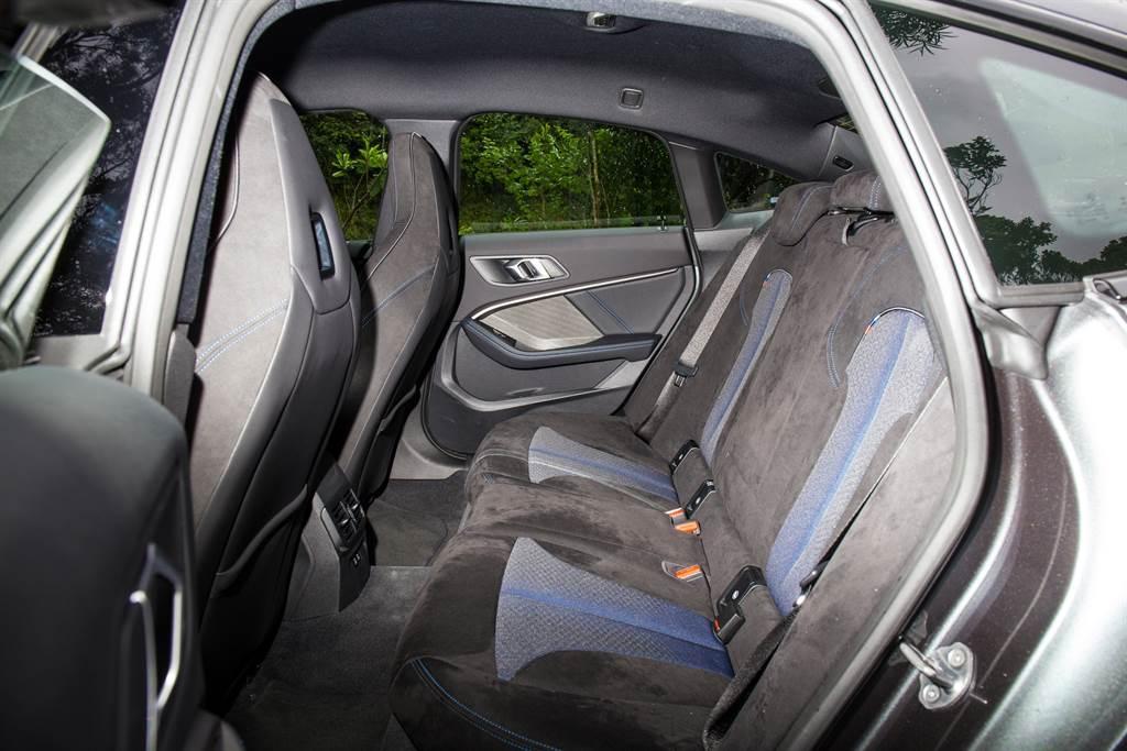 和傳統四門房車相比,後座部分,頭部空間受到斜背造型影響而略低,加上高腰線使車窗面積較小,壓迫感頗大,幸好座椅角度適當,乘坐舒適度尚可接受。