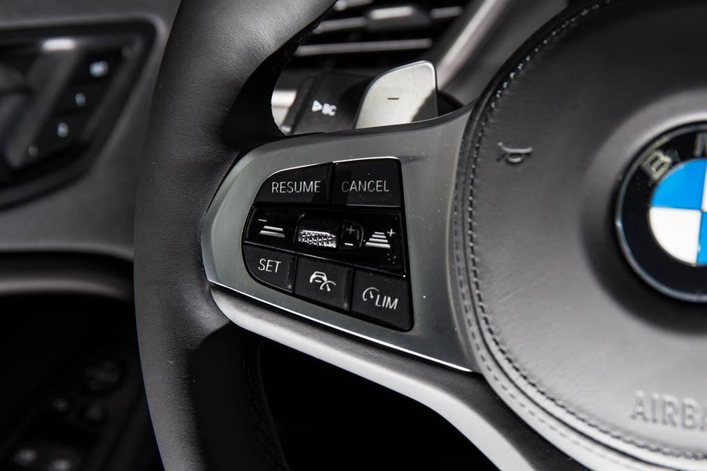 新年式車型將ACC列為全車系標配,但缺少主動式車道維持,僅有時速70km/h以上才會作動、「乒乓球式」修正的車道偏離附轉向輔助系統。