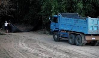 違反傾倒營建廢棄物砂石車 南市環保局監視器當場逮獲