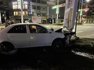 高雄醉女駕車撞捷運站牌 巨大聲響驚動一旁警分局