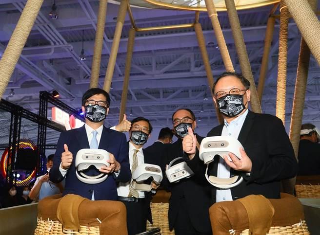 2021年5月5日數位展覽指標盛事「放視大賞」開幕,左起陳其邁市長、經濟部陳正祺次長、工業局呂正華局長、史哲副市長一同體驗智崴熱氣球模擬器。(圖片提供/高雄市政府經濟發展局)