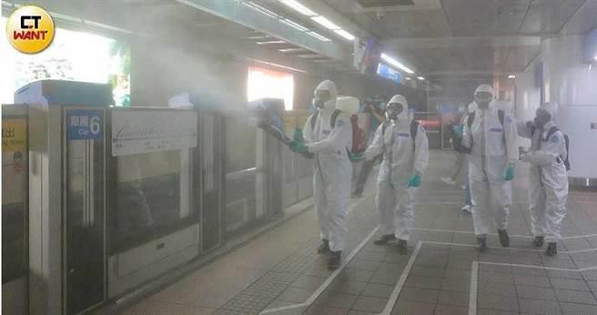 台灣本土確診從13日起激增,雙北15日進入第三級警戒,隨即進行全市大消毒,但專家表示,現在即使封城也晚了。(圖/馬景平攝)