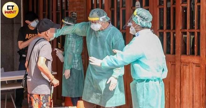 北市14日下午在萬華區急設4個快篩站,但前往篩檢的人潮完全不是醫護人員能負荷的量。(圖/張祐銘攝)