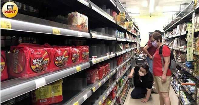 由於封城消息時有所聞,民眾15日搶買物資,超市貨架很快就被一掃而空。(圖/王永泰攝)
