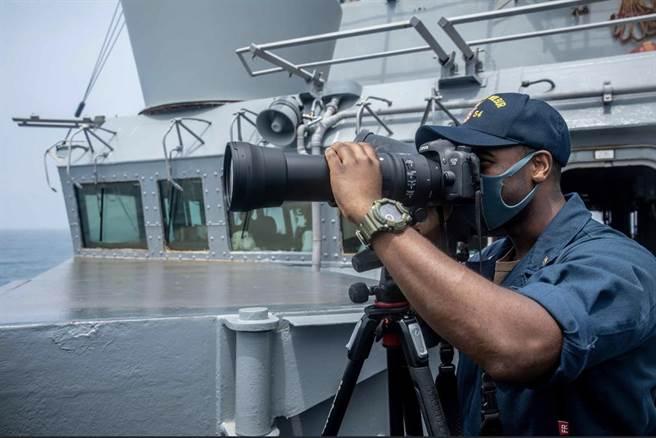 美軍穿航台海,解放軍全程跟蹤。(取自第七艦隊臉書)