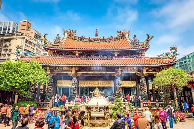 旅外人士網絡InterNations公布2021年最新調查,台灣連續3年登上全球旅外人士最愛居住地,一名外籍人士指出,台灣在因應新冠疫情方面是「世界最棒」。圖為台北名勝古蹟萬華龍山寺。(示意圖/shutterstock)