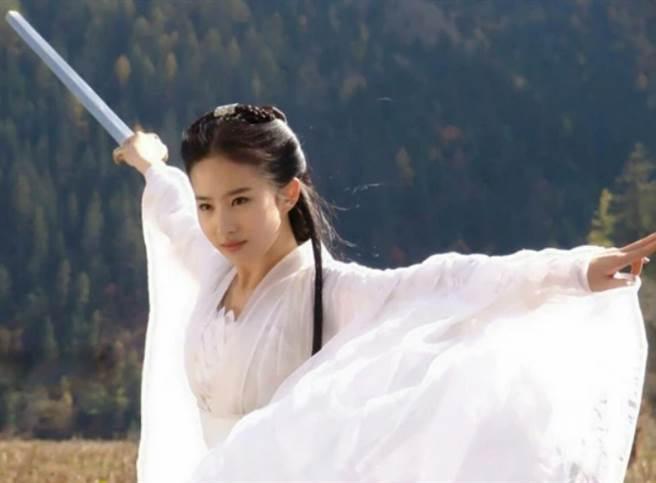 女星劉亦菲因小龍女這個角色,成為粉絲們心中的「神仙姐姐」。(圖/ 摘自微博)