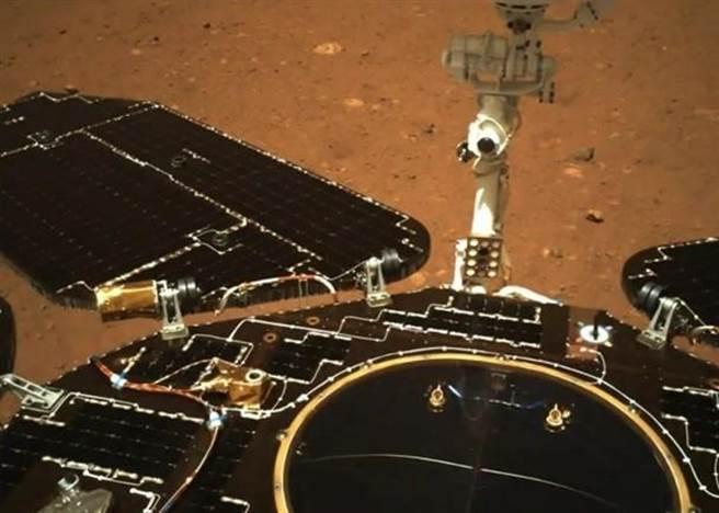 火星車「祝融號」太陽能板翼、天線等機件正常張開。