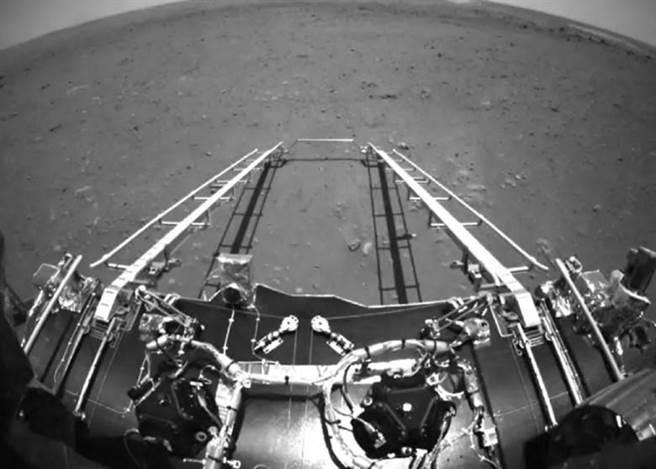 着陸平台展伸,祝融號準備駛離到火星表面行駛探測。
