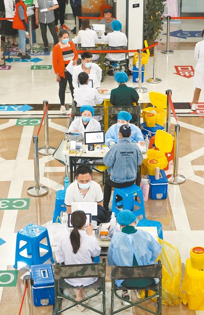 解放軍軍事科學院研發出只要打一針的新冠疫苗。圖為瀋陽市民18日在接種新冠疫苗。(新華社)