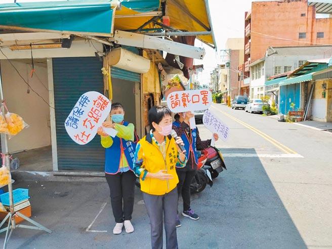 彰化縣田中鎮公所成立「口罩糾察宣導隊」,在人潮較多地方進行宣導希望民眾配合,避免疫情擴散。(吳建輝攝)