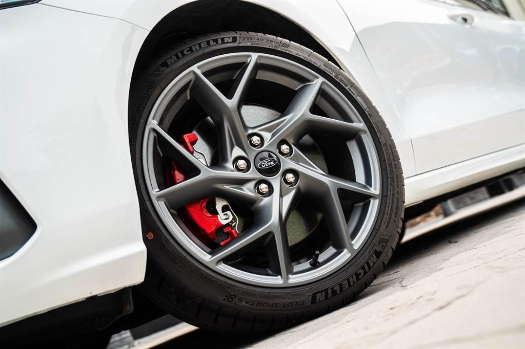 輪圈改搭18吋,並配置Michelin Pilot Sport 4S跑胎搭配大型紅色卡鉗創造優異性能表現