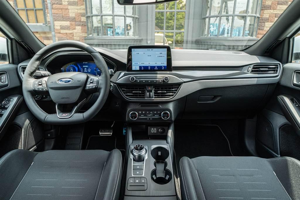 車室採用運動碳纖維紋路飾板營造絕對性能氛圍。