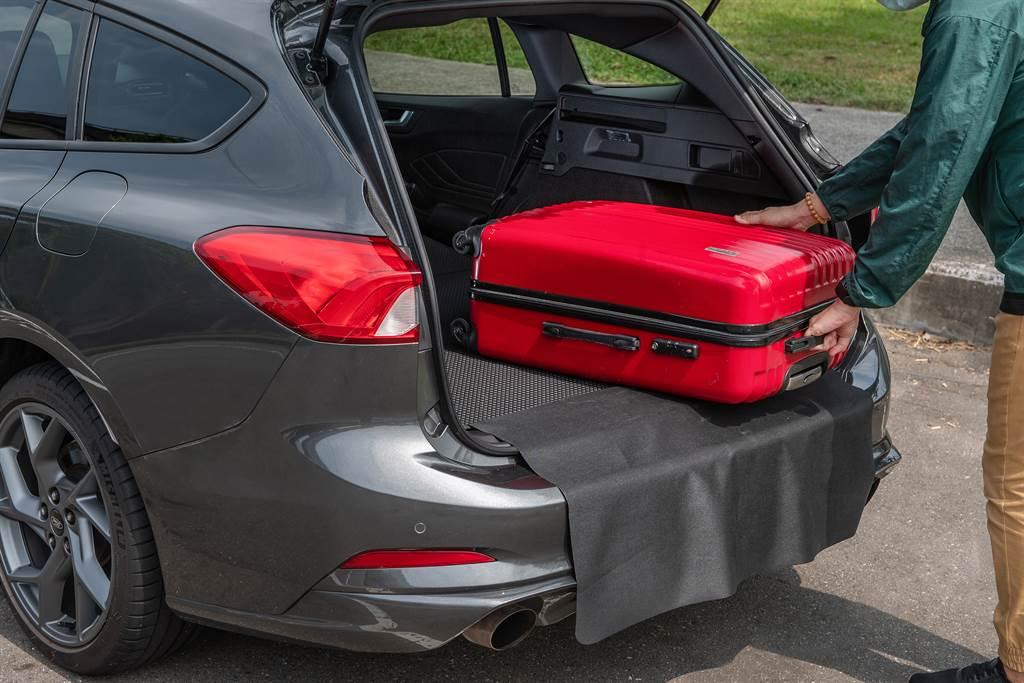 後行李廂配置雙面全尺寸抗污墊及防刮墊,擁有694升標準容積,並可透過六四分離椅背傾倒,擴充至1576升。