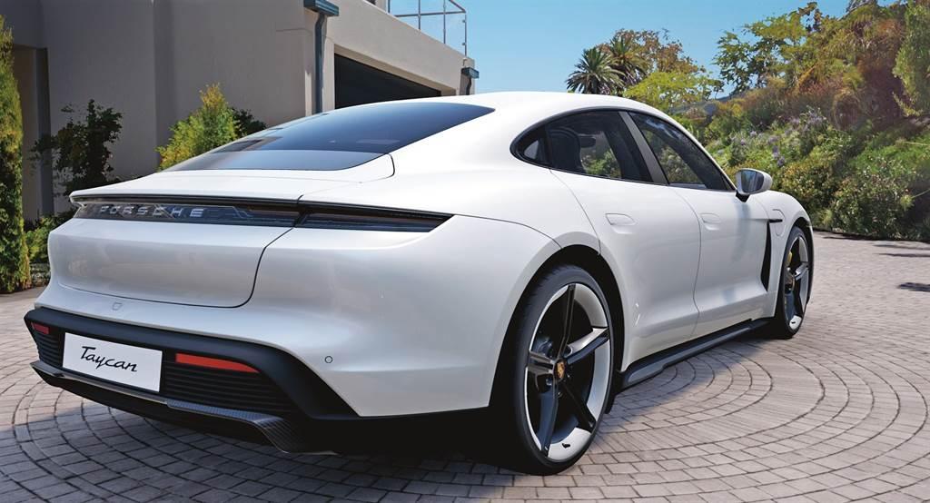 保時捷「虛擬實境客製系統 (Virtual Reality Car Configurator)」讓車主透過虛擬實境顯示器和電競電腦,沉浸於逼真的3D模擬情境中,體驗親手打造座駕的樂趣。