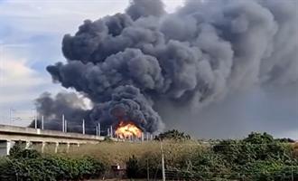 台南新營生達製藥大火 火勢濃煙竄天 台一線暫封閉