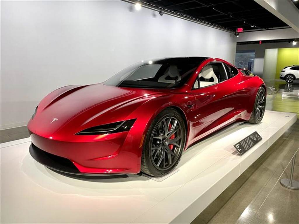 目前正於洛杉磯 Petersen 汽車博物館展示的 Tesla Roadster 原型車。