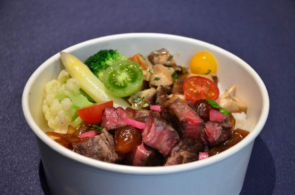 MÚO STEAKHOUSE推出炭烤牛排飯。(業者提供)