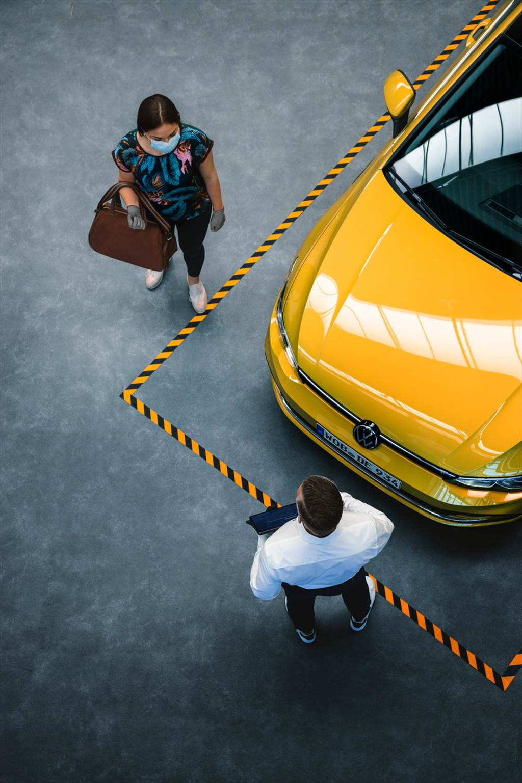 台灣福斯汽車旗下授權經銷商依規定管制室內總量人流、保持適當社交距離,進出皆採全程配戴口罩、量測體溫與簡訊實聯制。