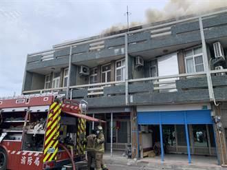台南下營4戶連棟民宅火警 頂樓加蓋全毀