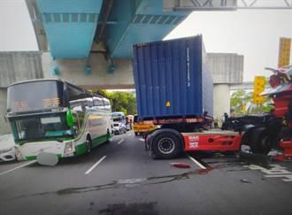貨車撞倒機捷A8站前限高鐵架 同向長庚醫院巴士遭波及