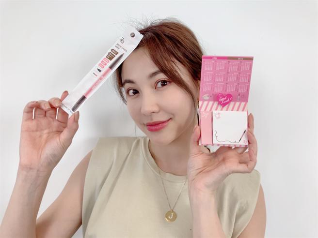 開架銷售人氣王Za「旋轉眉筆」推出超值組合,買眉筆就送可愛年曆便利貼。(邱映慈攝)
