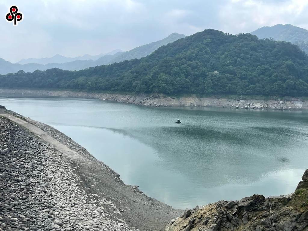 石門水庫集水區蓄水量持續探低,北水局調降每日出水量嚴格控管水情。(呂筱蟬攝)