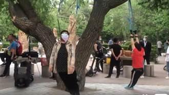 老人在公園裡「集體上吊」超詭異活動萬人驚呆