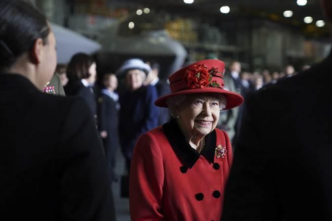 英國女王在訪問「伊麗莎白女王號」時,配戴已故菲立普親王贈送給她的胸針,表達對這位前海軍軍官的懷念之情。(圖/美聯社)