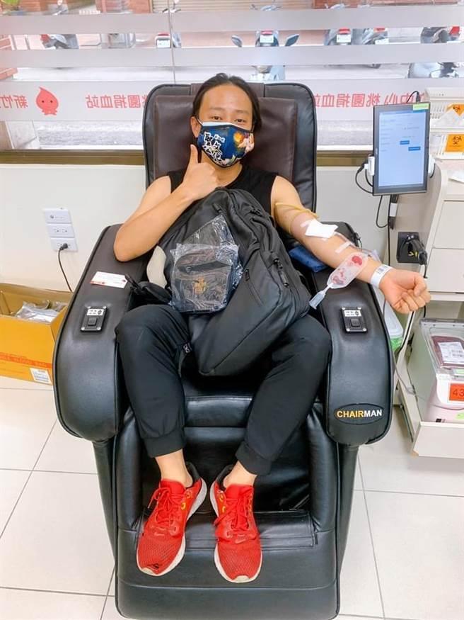 賴銘偉捲起衣袖捐血。(摘自臉書)