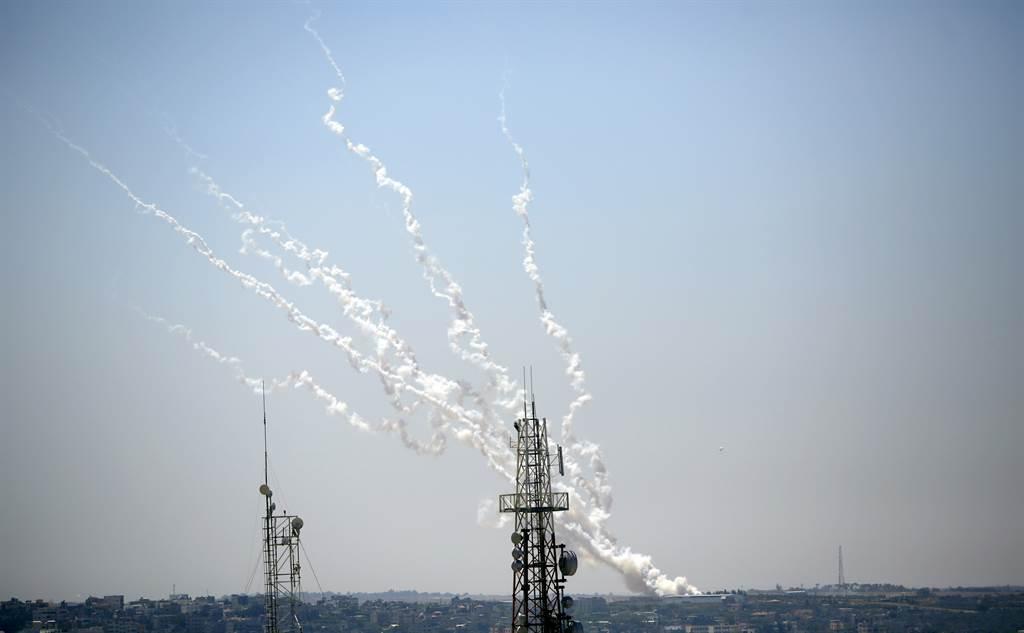 前几星期,从加萨发射的火箭弹一直往耶路撒冷招唿,大多数被以色列铁穹系统拦截。图/美联社(photo:ChinaTimes)