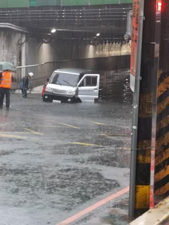 雷雨狂炸 汐止瞬間淹水20公分 網喊:下錯地方了