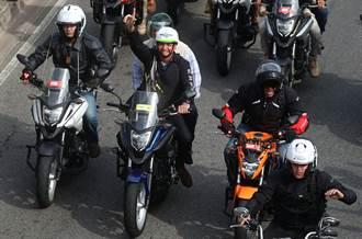 無視疫情延燒 巴西總統率車隊遊行臉書直播