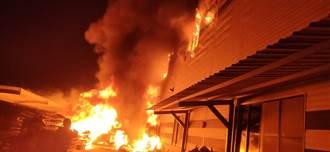台南床墊工廠後方棧板失火 火勢猛烈廠房付之一炬