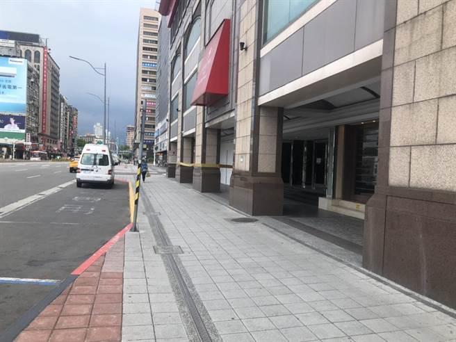 北市忠孝西路防疫專責的凱撒大飯店24日中午1名房客在床上死亡。(圖:民眾提供)