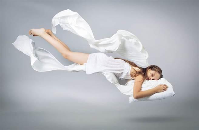 專家的睡眠感官處方箋:睡前試試 有助一夜好眠。(示意圖/Shutterstock)