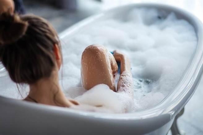 建議應該睡前九十分鐘泡熱水澡,同時也是聽舒緩音樂,以及在水中滴入幾滴精油的好時機。(示意圖/Shutterstock)