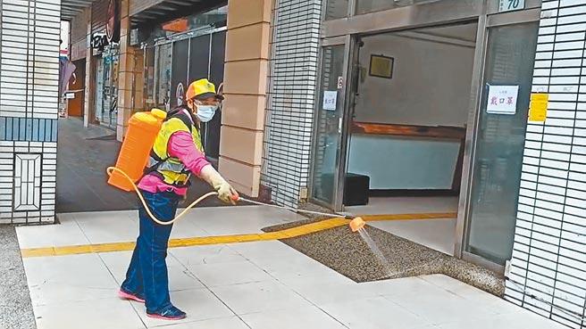 維納斯時尚會館至今已累積5員工確診,環保局清潔消毒大隊緊急前往消毒。(蔡依珍攝)