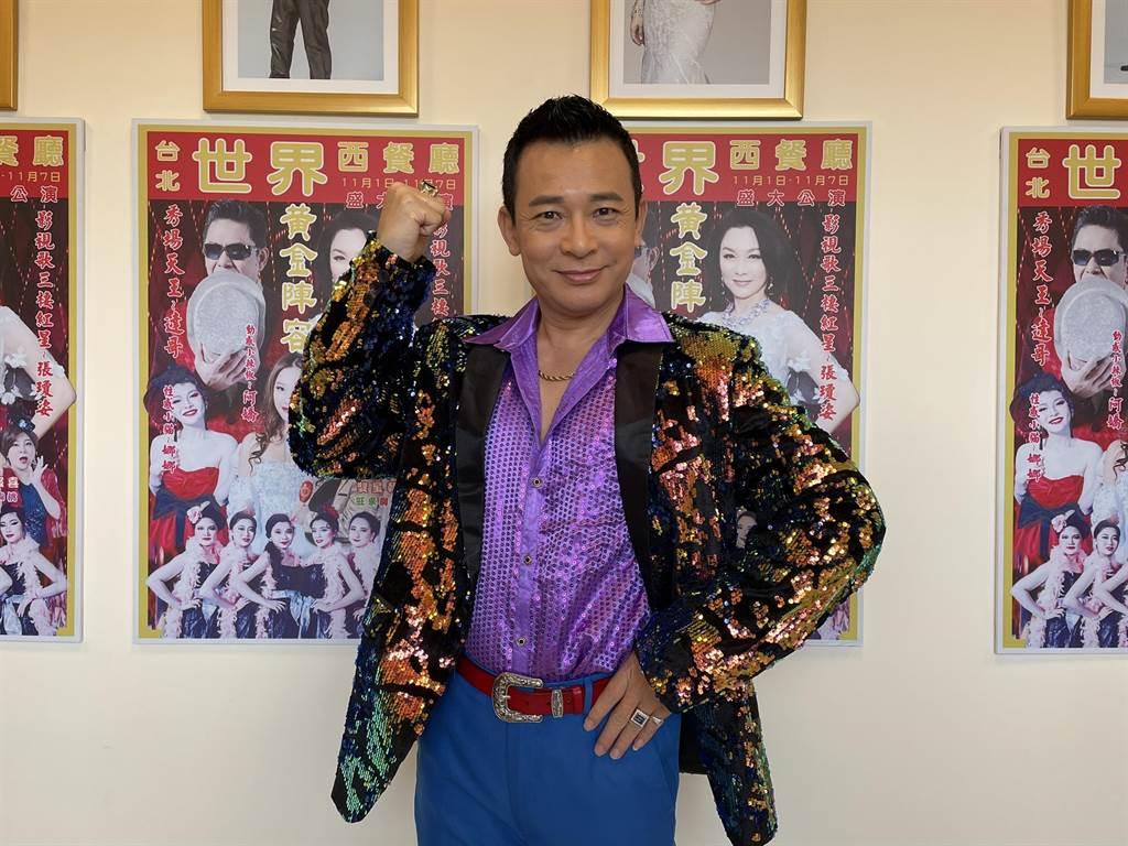 胡鴻達為新戲《黃金歲月》網購許多誇張華麗戲服。(民視提供)