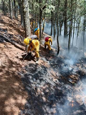 八通關杜鵑營地大火仍未歇 仍有10處地下火悶燒