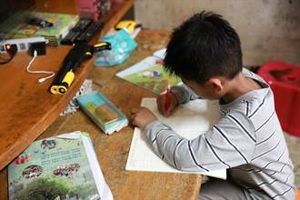 台灣大發起「一人一平板」公益計畫援助弱勢兒童 拋磚引玉捐百台平板