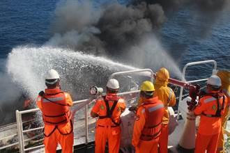 基隆漁船高雄外海失火 海巡搶救3小時滅火