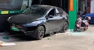 特斯拉倒車失控爆撞店家 車主怨煞車踩不動「後車廂一天跳開3次」