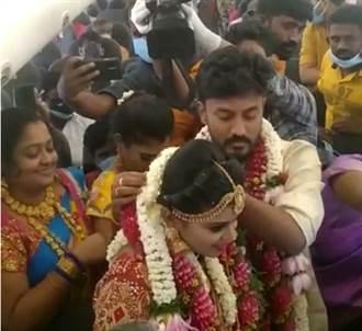 印度新人迴避群聚禁止令 直接租飛機舉行空中婚禮