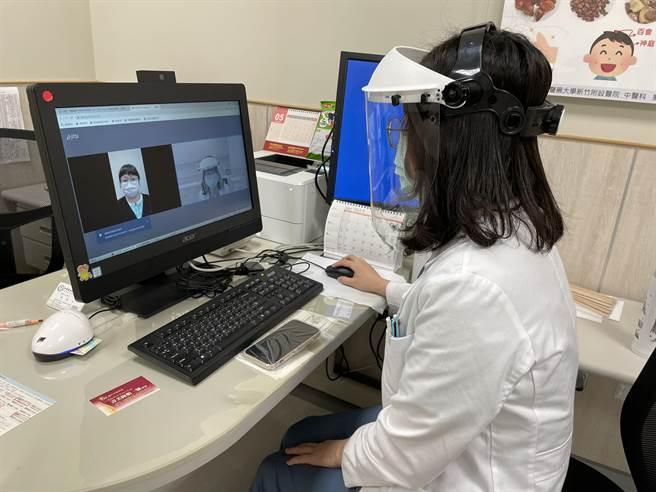 中國醫藥大學新竹附設醫院配合中央政策,啟動視訊看診,搭配藥來速領藥,民眾不必進入醫院。(莊旻靜攝)