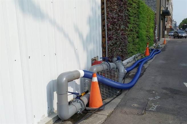 新業建設特別將出水口及管路加大加粗,提高抽水效率、使水車能快速取水,目前每日提供地下水水量約8600噸。(盧金足攝)